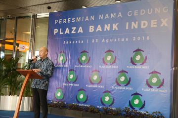 Commisioner of Plaza Bank Index in giving speech at formal ceremony of buildings new name