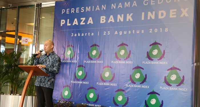 Commisioner of Plaza Bank Index in giving speech at formal ceremony of building